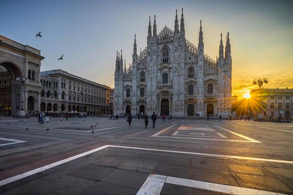Sole nascente in Piazza Duomo a MIlano