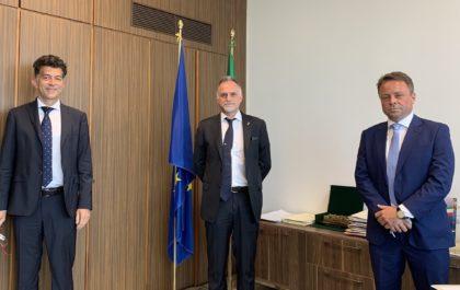 2. Il Ministro del Turismo Garavaglia, al centro, tra Marco Celani, Presidente AIGAB, sulla sx, e Francesco Zorgno, Direttivo AIGAB, sulla dx